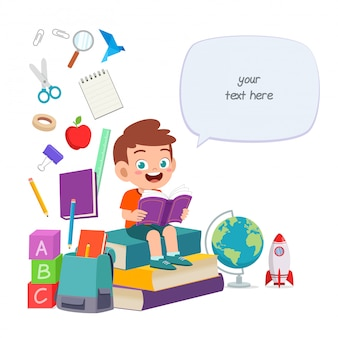 幸せなかわいい子供男の子は物語の本を読む