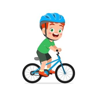 Счастливый милый маленький мальчик на велосипеде