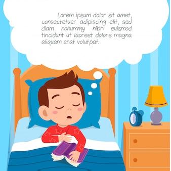 Счастливый милый маленький мальчик малыш спать в спальне