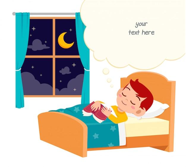 Счастливый милый маленький мальчик спит ночью