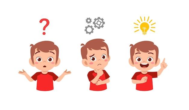 Счастливый милый маленький ребенок мальчик думает и ищет процесс идеи