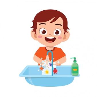 幸せなかわいい子供男の子シンクで手を洗う