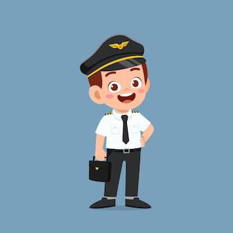 パイロットの制服を着て幸せなかわいい男の子