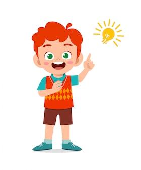Счастливый милый маленький малыш мальчик с идеей лампы знак