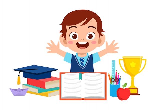 학교 장비와 함께 행복 한 귀여운 꼬마 소년