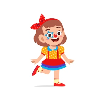 幸せなかわいい子供がピエロの衣装を着てハロウィーンを祝う