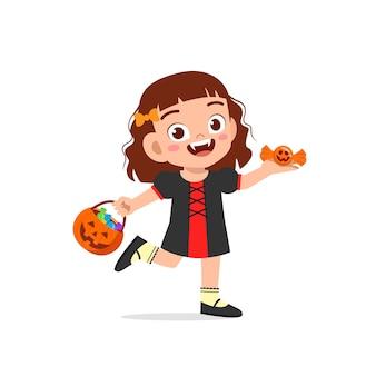幸せなかわいい子供がハロウィーンを祝うドラキュラ吸血鬼の衣装を着て