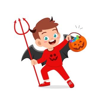 幸せなかわいい子供がハロウィーンを祝う赤い悪魔モンスターの衣装を着て