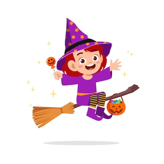 Счастливый милый маленький ребенок празднует хэллоуин в костюме ведьмы