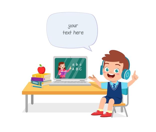 Счастливый милый маленький ребенок делает домашнюю школу с портативным компьютером, подключенным к интернету, изучает электронное обучение и курс.