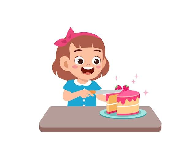 バースデーケーキを調理する幸せなかわいい小さな子供の女の子
