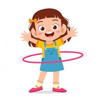 행복 한 귀여운 꼬마 소녀 놀이 훌라 후프