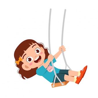 Счастливый милый маленький ребенок девочка играть качели
