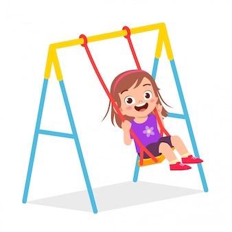 행복 한 귀여운 꼬마 소녀 놀이 스윙