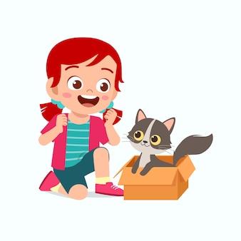 ペットの猫と遊ぶ幸せなかわいい子供女の子