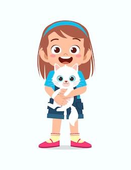 Счастливый милый маленький ребенок девочка играть с кошкой