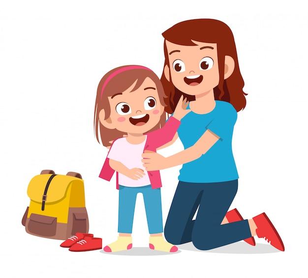Счастливый милый маленький ребенок девочка готовится пойти в школу с мамой