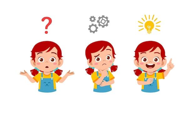 Счастливый милый маленький ребенок девочка думает и ищет процесс идеи