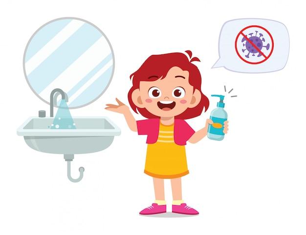 Счастливый милый маленький ребенок девушка мыть руки в раковине