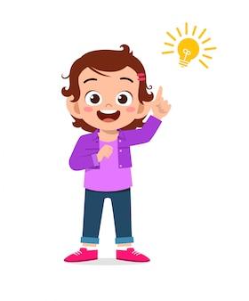 Счастливая милая девушка маленького ребенка с знаком лампы идеи