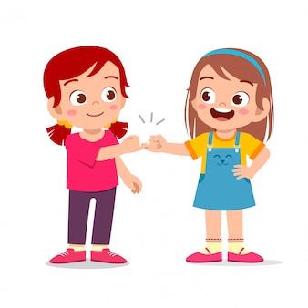 Счастливые милые маленькие девочки обещают