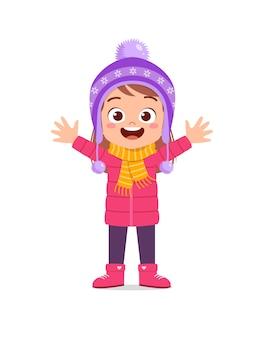 겨울철에 행복한 귀여운 꼬마 놀이와 재킷을 입으십시오.