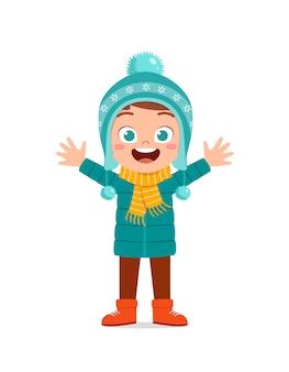 幸せなかわいい小さな子供は冬の季節にジャケットを着て遊ぶ