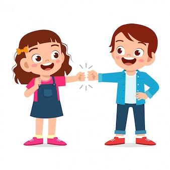 Счастливые милые маленькие дети мальчик и девочка кулак