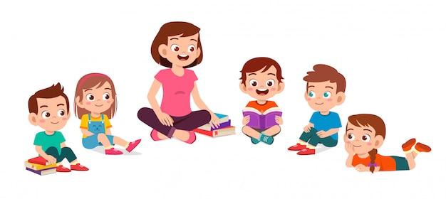 Счастливые милые маленькие дети мальчик и девочка учиться с учителем