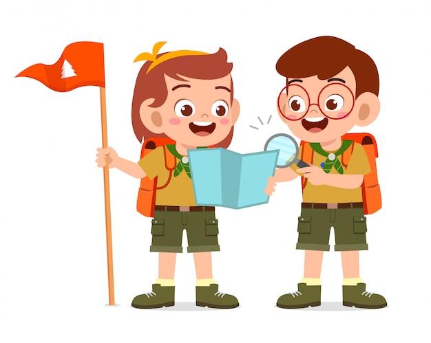 행복 한 귀여운 작은 스카우트 소년과 소녀는 탐험