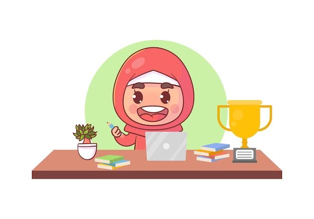 행복한 귀여운 무슬림 어린 아이가 컴퓨터 노트북으로 집에서 학교를 다니며 e- 러닝 과정을 공부합니다.