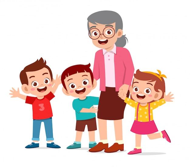 Счастливая милая старуха с семьей вместе