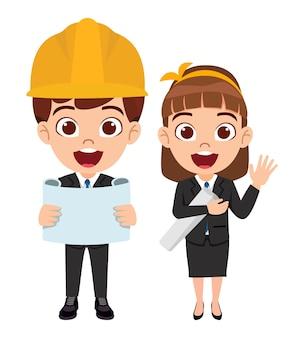 孤立した陽気な表情で建設エンジニアの衣装を着て幸せなかわいいスマートな子供男の子と女の子のキャラクター