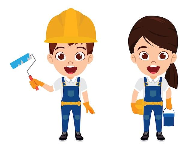 ペイントバケツとロールで隔離された陽気な表情で建設労働者の衣装を着て幸せなかわいいスマートな子供男の子と女の子のキャラクター