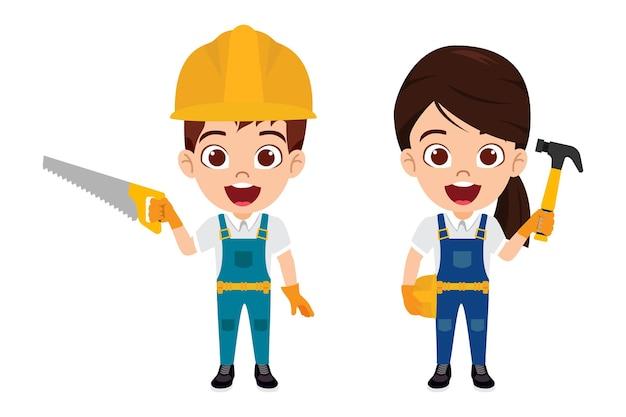 ツールハンマーで隔離された陽気な表情で建設労働者の衣装を着て幸せなかわいいスマートな子供男の子と女の子のキャラクター