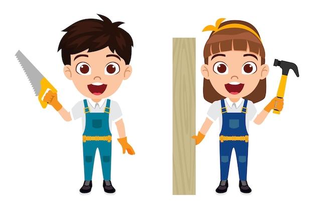 Счастливый милый умный ребенок плотник мальчик и девочка персонаж, стоящий с резцом, молотком и деревянной панелью изолированы
