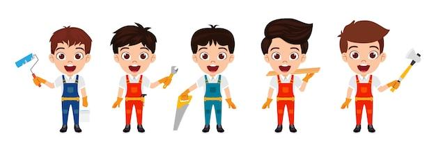 Счастливые милые умные персонажи мальчиков-строителей с инструментами, изолированными с веселым выражением лица