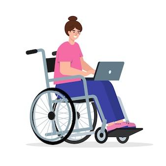 노트북이 있는 휠체어를 탄 행복한 장애인 여성 장애인을 위해 온라인으로 일하거나 공부합니다.