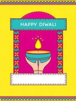 点灯している石油ランプ(ディヤ)とピンクと黄色の背景にコピースペースを持っている手で幸せなディワリ祭のお祝いのコンセプト。