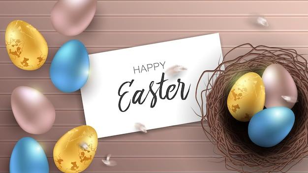 Счастливая пасхальная открытка с реалистичными крашеными яйцами. вид сверху