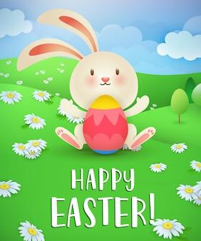 Счастливой Пасхи надпись, кролик, яйцо и газон с ромашками