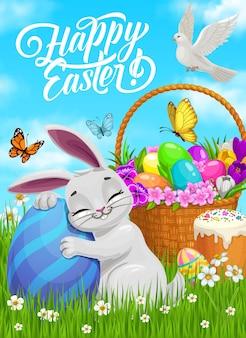 Счастливой пасхи плакат, мультяшный кролик обнимает расписное яйцо на лугу с корзиной, полной цветов