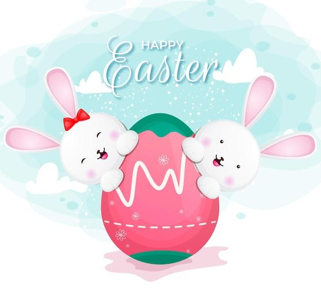 Счастливой пасхи с милой парой кролика и яйцом на пасхальный день