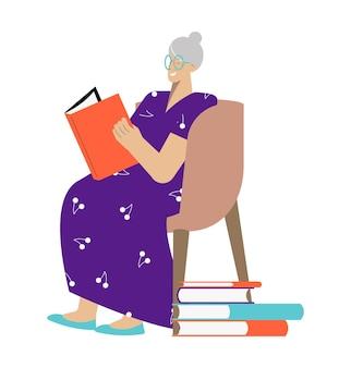 Felice donna anziana che legge un libro in poltrona piatta