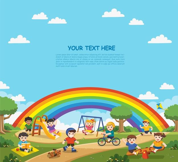Счастливые взволнованные дети веселятся вместе на детской площадке