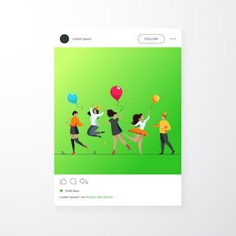 Gente emozionante felice che balla all'illustrazione piana di vettore del partito allegro gruppo di amici divertendosi insieme. concetto di intrattenimento e celebrazione.