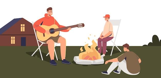 뒤뜰에 캠프 파이어 주위에 행복한 가족. 집 밖에 있는 불에서 아이들과 아빠가 노래를 부르고 있습니다. 뒤뜰 개념에 캠핑. 만화 평면 벡터 일러스트 레이 션