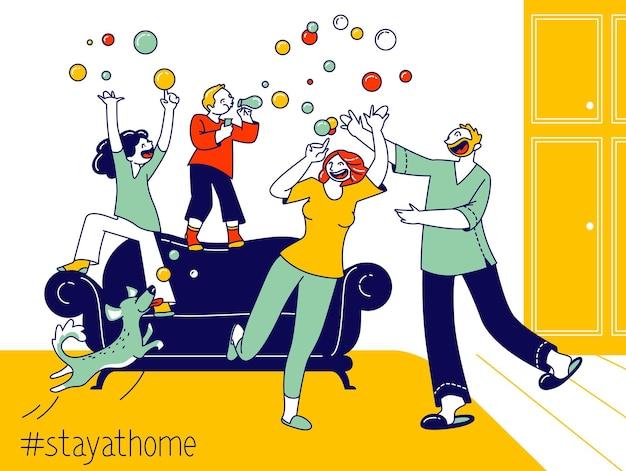 幸せな家族のキャラクターの親と子供たちが遊んでいます。外出禁止令