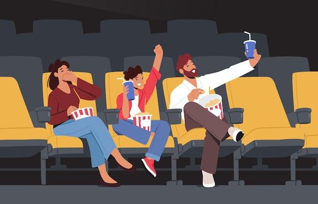 Счастливые семейные персонажи, смотрящие фильм в кино, развлечения на выходных. молодая мать, отец и сын смотрят фильм в кинотеатре, едят кукурузу и пьют колу. мультфильм люди векторные иллюстрации