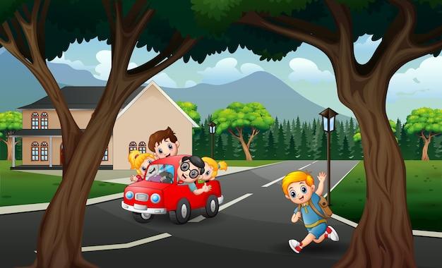 赤い車を運転して幸せな家族